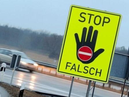 Falschfahrer verursacht Unfall und fährt weiter
