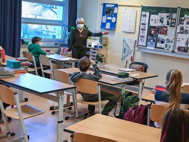 Impfpflicht für Lehrer? Wachsende Sorge um Corona bei Kindern entfacht Debatte