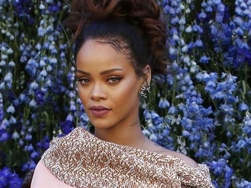 Rihanna synger under bøgetræerne til sommer