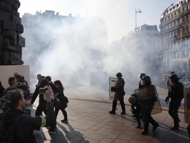 Les «gilets jaunes» défilent à Paris dans un samedi fort en tensions
