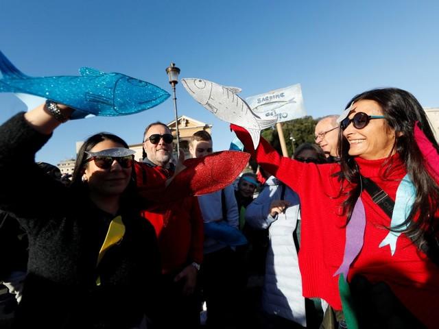 """Italie: Des dizaines de milliers de """"sardines"""" défilent contre Salvini"""