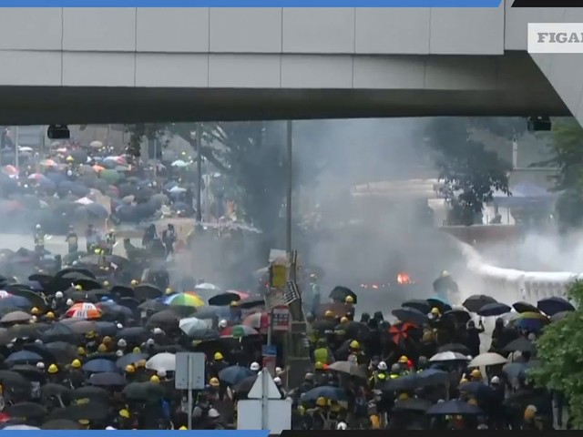 HongKong : la police fait usage de canons à eau et de gaz lacrymogènes
