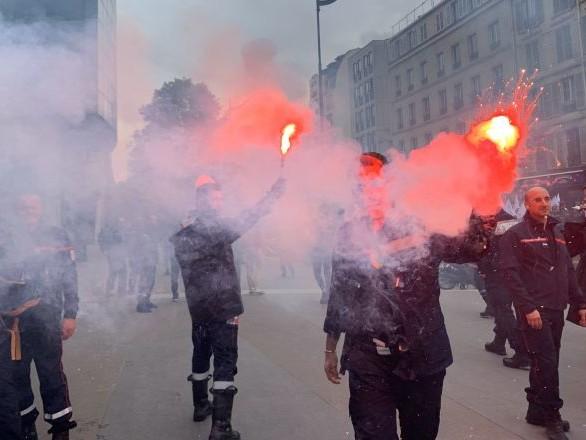 Le pompier blessé ayant insulté Macron après la manifestation à Paris suspendu