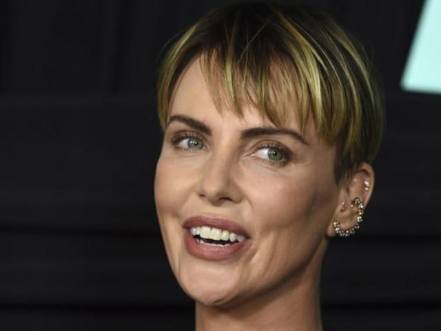 Gênée, Charlize Theron envisage une aventure avec Lenny Kravitz devant son ex, Nicole Kidman ! (VIDEO)