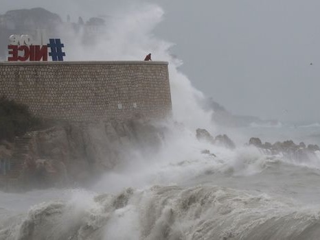 Intempéries: 5 départements en vigilance orange, 50 000 foyers sans électricité