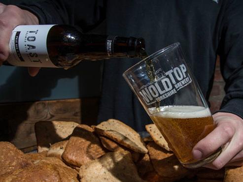 Inspirés par une brasserie bruxelloise, des Anglais transforment le pain en bière pour combattre le gaspillage alimentaire (photos)