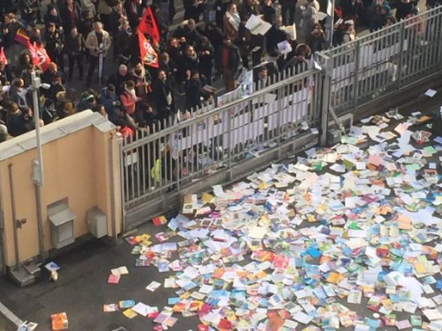 Retraites: Blanquer s'indigne de voir des profs détruire des livres à Lyon