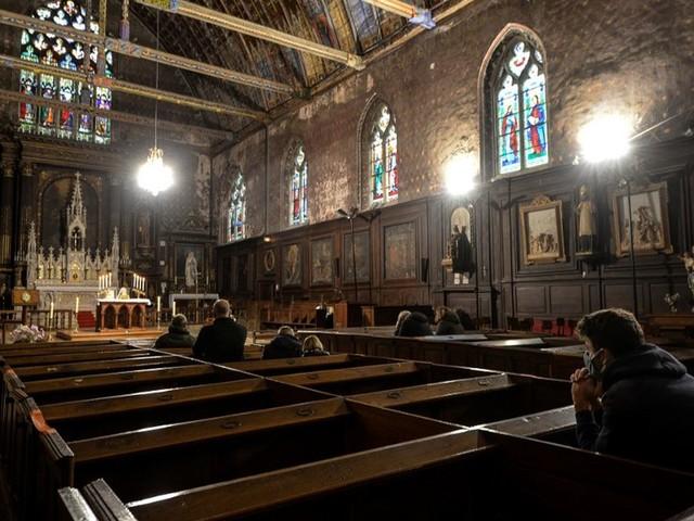 Lieux de culte : la limite de 30 personnes, contestée par les évêques, pourrait être révisée