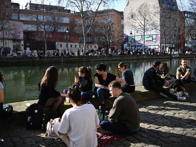 À Paris, la consommation d'alcool limitée pour faire face au covid-19