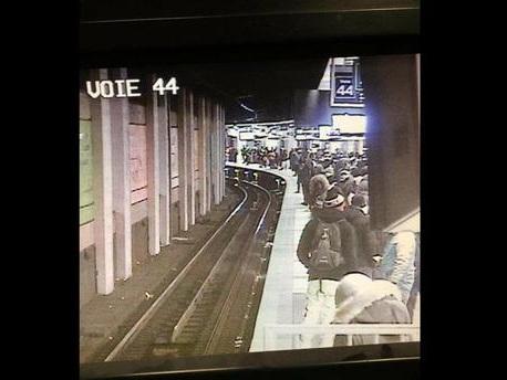 Confinement : les quais du RER sont-ils bondés à certaines heures de la journée, comme le suggère cette photo ?