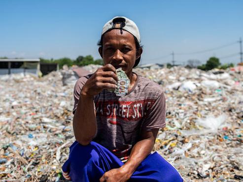 """""""Mes 3 enfants sont à l'université"""": la plupart des habitants du VILLAGE DE PLASTIQUE vivent du tri et de la revente des déchets"""
