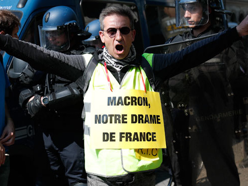 """""""Victor Hugo vous remercie pour Notre-Dame mais n'oubliez pas les misérables"""": les gilets jaunes usent de comparaisons après l'incendie"""