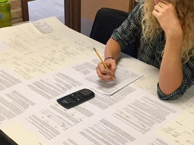 Ce prof a autorisé ses élèves à apporter une fiche de révision pour un contrôle, il a oublié un petit détail