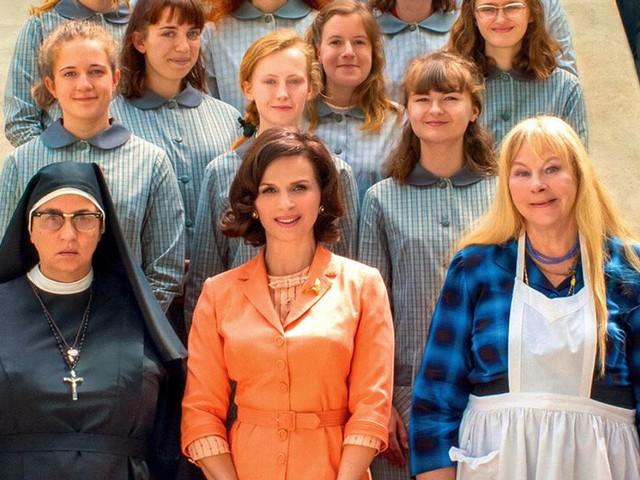 """""""La Bonne épouse"""": les """"écoles ménagères"""" ont disparu, pas leurs injonctions"""