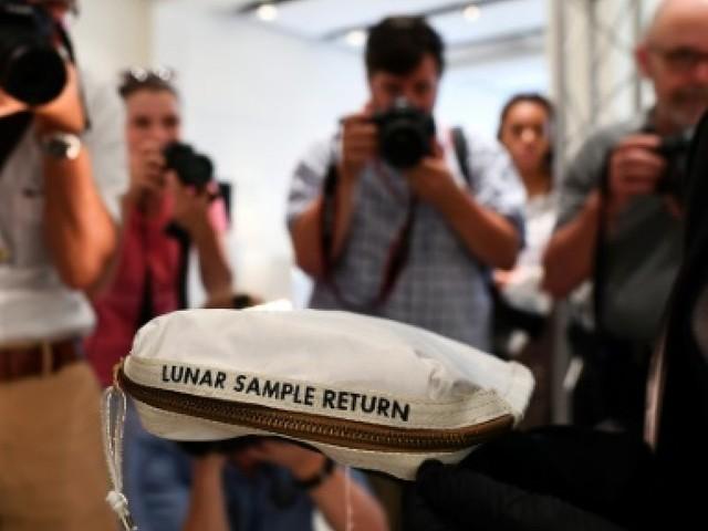 La pochette où Neil Armstrong a mis des bouts de lune vendue 1,8 million de dollars