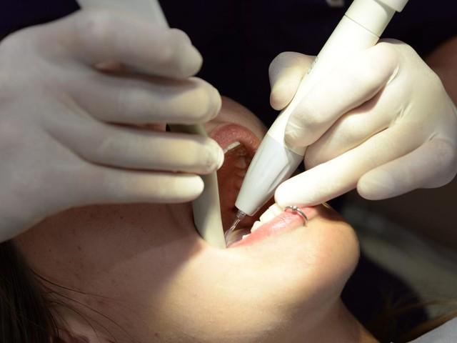 Arrachages de dents injustifiés, prothèses facturées jamais posées : deux ans de prison pour un ancien dentiste du Calvados