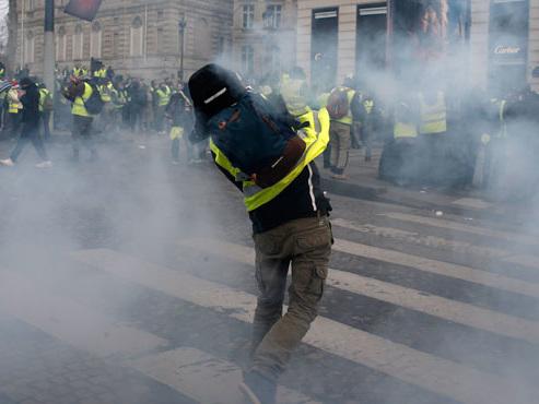 Gilets jaunes à Paris: pour la première fois, la police a fait usage de gaz lacrymogène pour disperser les manifestants (vidéos)