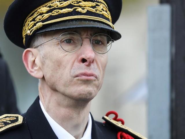 """Le préfet de police de Paris a-t-il le droit de dire à une """"gilet jaune"""" qu'ils ne sont """"pas dans le même camp"""" ?"""