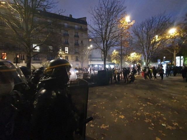 VIDÉO. Manifestation contre la loi sécurité globale à Paris : feu, projectiles, début des tensions