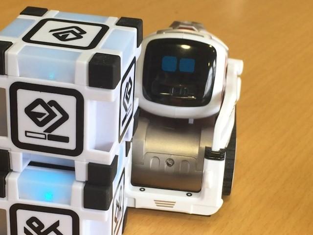 On a testé le robot Cozmo, un Wall-E qui veut s'inviter sous votre sapin pour Noël