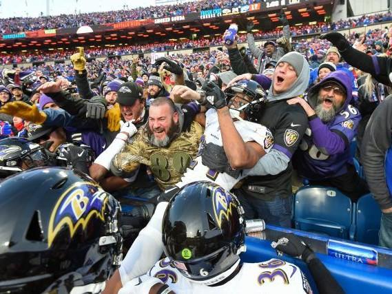 Foot US - WTF - NFL: Marcus Peters (Baltimore Ravens) reçoit une amende de 14000dollars...pour avoir bu une bière avec des fans