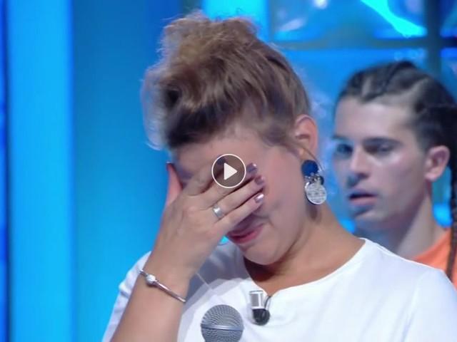 """Vidéo- La maestro Lucile fond en larmes après son incroyable prestation dans """"N'oubliez pas les paroles"""""""