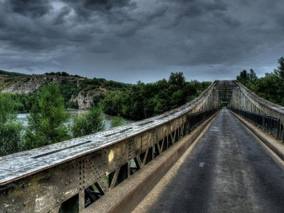 Pont effondré: appel au calme après des menaces contre la famille du chauffeur