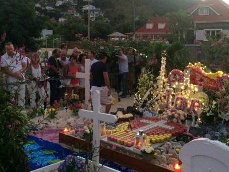 La sépulture de Johnny à St-Barth menacée par le sable et les crabes, selon l'avocat de Laeticia