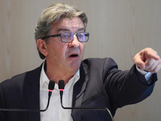 """Mélenchon qualifie les policiers de """"barbares"""", Castaner réclame """"des excuses"""""""
