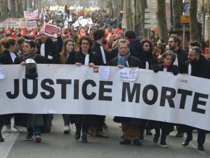 Des avocats grévistes jettent leur robe noire à terre contre la réforme des retraites