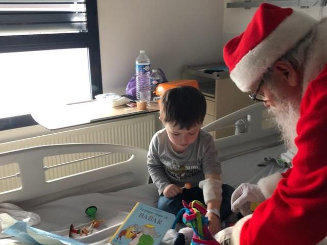 Le Père Noël au chevet des enfants malades au CHU de Caen