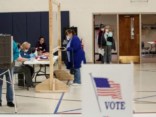 Masqués, à distance, les électeurs du Wisconsin votent pour la primaire démocrate