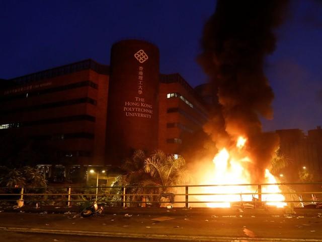 À Hong Kong, incendie devant le bastion des manifestants, la police durcit le ton