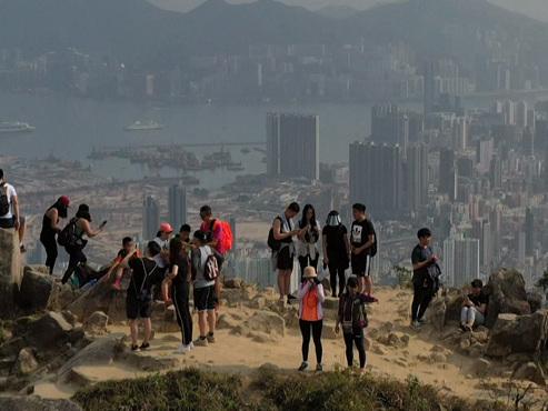 Les sentiers de randonnées de Hong Kong pris d'assaut pour échapper au coronavirus (vidéo)