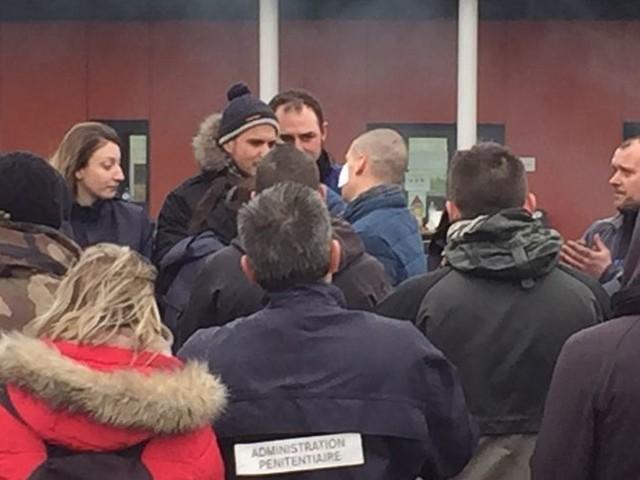 Condé-sur-Sarthe : les deux surveillants blessés reçoivent l'ordre national du mérite