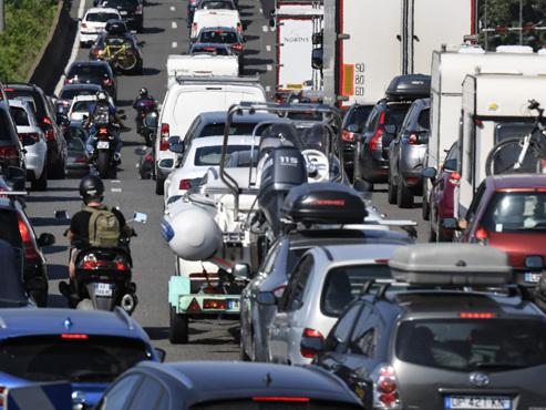 """Un chassé-croisé """"de l'enfer"""" sur les routes en France sous une canicule qui étouffe 67 départements"""
