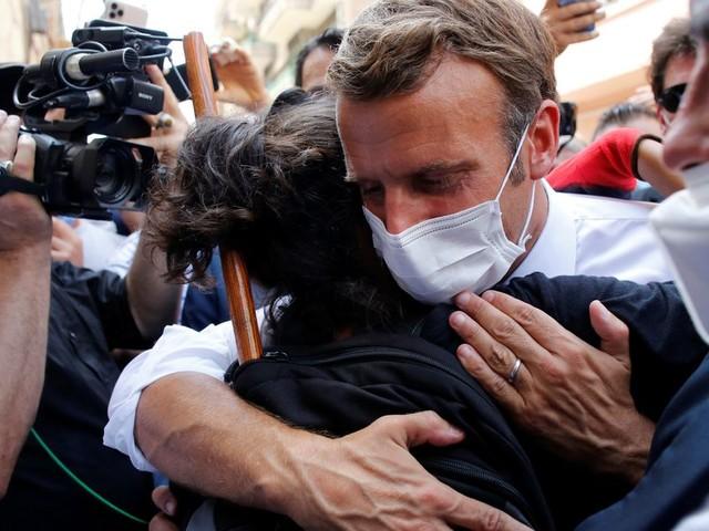 Quand il a pris dans ses bras une Libanaise de Beyrouth, c'est tout le pays que le Président Macron a réconforté