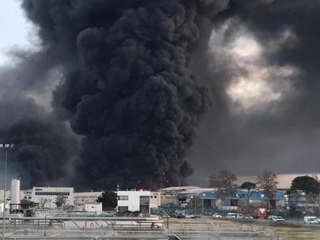 Spectaculaire incendie d'une usine de produits chimiques au nord de Barcelone, des milliers de Catalans confinés