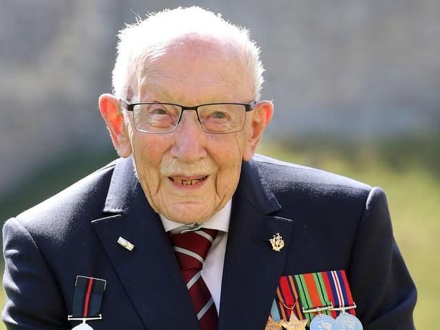 Mort de Tom Moore, héros des Britanniques contaminé par le Covid-19