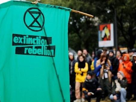 Extinction Rebellion bloque les accès autour de l'Assemblée nationale à Paris