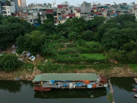 Sur le fleuve Rouge d'Hanoï, les travailleurs des campagnes logés sur des péniches de fortune