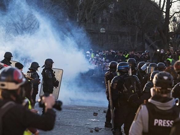 Un policier se voit roué de coups par des manifestants à Paris (vidéo)