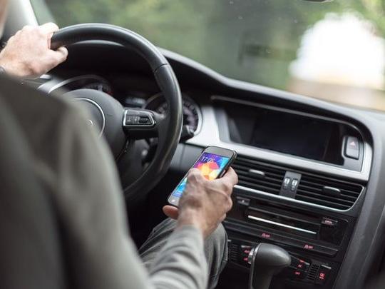 Enquête: la moitié des français sur leur téléphone… au volant