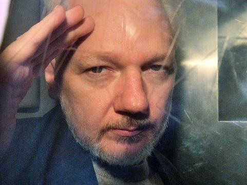 Julian Assange, héros controversé de la liberté d'informer