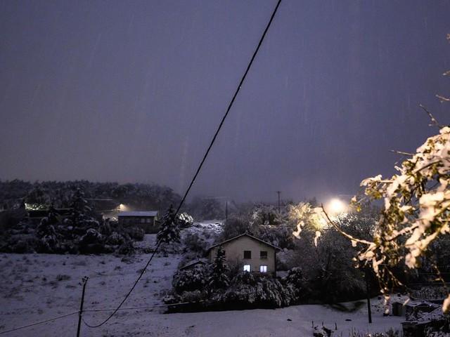 La neige perturbe le trafic SNCF dans le sud-est et prive des milliers de foyers d'électricité