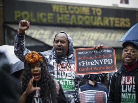 Pas de poursuites contre le policier accusé d'avoir asphyxié un homme noir à New York