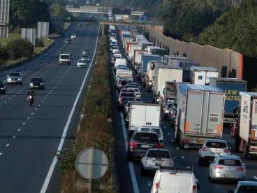 Dépôts pétroliers, opérations escargot... les routiers se mobilisent ce lundi dans le Nord et le Pas-de-Calais