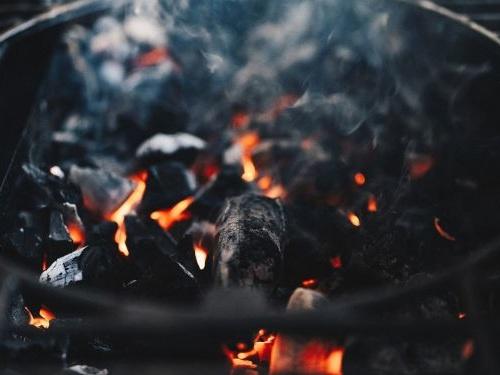 Une femme enceinte tente d'allumer un barbecue dans son four, une boule de feu la brûle sur tout le corps