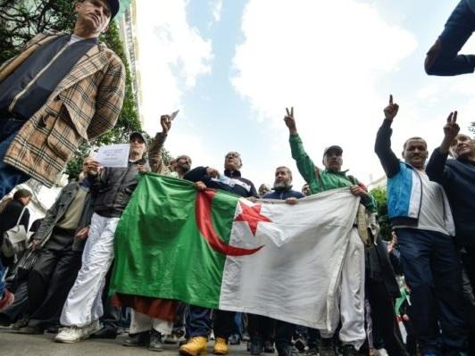 Algérie: les étudiants manifestent contre la présidentielle prévue le 12 décembre