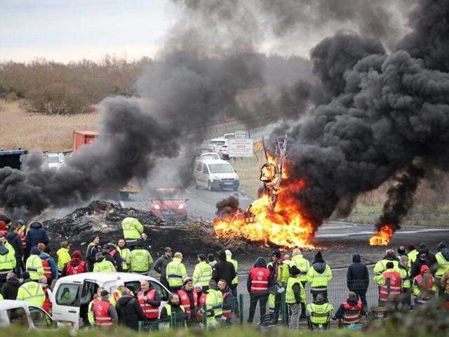 Au Havre, un policier blessé lors d'une manifestation de dockers